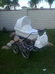 Белая коляска для малыша